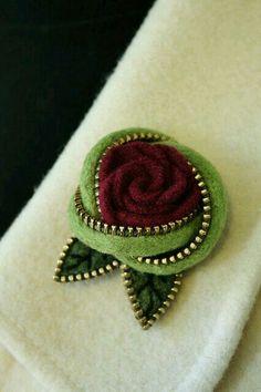 ROSE ZIPPER BROOCH - Vrtnica