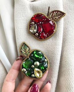 Светлана Коноплина (@konoplina_handmade_studio) • Фото и видео в Instagram Bead Embroidery Jewelry, Textile Jewelry, Fabric Jewelry, Beaded Embroidery, Handmade Beaded Jewelry, Brooches Handmade, Patches Diy, Diy Fashion Accessories, Jewelry Crafts