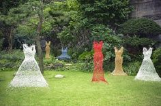Pen & Hive: Chicken Wire Ghost Sculpture for Garden Chicken Wire Art, Chicken Wire Sculpture, Chicken Wire Crafts, Sculptures Sur Fil, Sculpture Art, Wire Sculptures, Garden Sculptures, Jardin Decor, Garden Dress