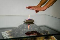 Understatement für's Wohnzimmer: Ein brennender Geldhaufen im Glastisch