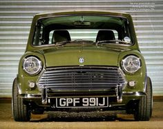 Great colour and a beautiful edition! - Thanks for helping us build community! Mini Cooper Classic, Mini Cooper S, Classic Mini, Classic Cars, Car Pictures, Car Pics, Mini Morris, Family Chiropractic, Car Colors