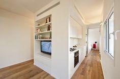 Nowoczesne wnętrze z ładną podłogą, dekoracjami i meblami na wymiar. Inne nowoczesne projekty wnętrz znajdziecie też na http://mobilianidesign.pl/projekty-wnetrz/apartamenty-prywatne/