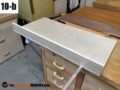 Table Saws Board straightener complete - A good square crosscutting table saw sled should be in every wood shop. There are a few kinds, this is a one-sided one-runner style. See how I built it. Table Saw Sled, Table Saw Jigs, Diy Table Saw, Table Saw Station, Portable Table Saw, Craftsman Table Saw, Best Circular Saw, Diy Sewing Table, Wood Plane