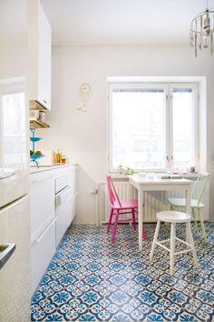 Keittiön lattia on kuin Tuhannen ja yhden yön tarinoista. Espanjalainen kuviolaatta tuo eloa tilaan. Smegin jääkaappi tuotiin edellisestä kodista. Valkoinen Gorenjen uuni on Ora-ïto-mallistoa. Liesituuletin koteloitiin. Sympaattiset pinnatuolit Ulla maalasi itse ranskanpastillien sävyihin.