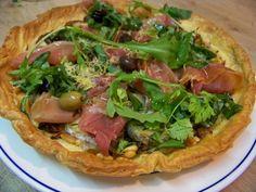 Cuisine en folie: Tarte feuilletée aux olives niçoises, fromage de chèvre, confit d'oignons et jambon de Serrano au miel de châtaigne