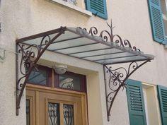 Protégez vos portes en les abritant avec une marquise harmonisée à votre maison et donnez un nouveau relief à votre façade. Vous pouvez également dessiner ou nous faire parvenir une photo de votre façade, nous vous proposerons un modèle s'intégrant parfaitement avec le style de votre maison.