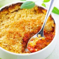 Crumble parmesan tomates basilic 8 tomates • 100 g de parmesan• 100 g de farine • 80 g de beurre• quelques feuilles de basilic• 1 gousse d'ail • sel, poivre