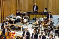 O compositor e DJ Mason Bates se apresenta com a OSB no Theatro Municipal do RJ. (Foto: Cicero Rodrigues) Claude Debussy, Basketball Court, Bike, Concerts, Composers, Photos, Bicycle, Bicycles
