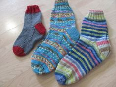 Bas mathématiques pour tous - How To Be Trendy Loom Knitting, Knitting Stitches, Baby Knitting, Mittens, Knit Crochet, Hello Kitty, Slippers, Socks, Textiles