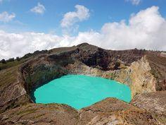 Lac de cratère Kelimutu, île de Florès (Indonésie) Florès comprend 3 lacs de cratère différents, l'un est un ruban d'un bleu saisissant, tandis que les deux autres fluctuent entre le rouge et le vert. Comme les 3 lacs de cratère proviennent du même volcan, les scientifiques tentent actuellement de comprendre pourquoi ils ont tous une couleur différente.