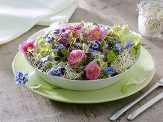 Fast ein essbarer Blumenstrauße! Blattsalat mit Sprossen und essbaren Blüten - smarter - Zeit: 15 Min. | eatsmarter.de