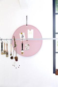 Magneetbord MARIE heeft alles in zich waar E|L voor staat: kleurrijk, betaalbaar en multifunctioneel. MARIE is behalve een magneetbord ook een schrijfbord, dienblad en /of presentatieblad . Doe maar gek, denk buiten de lijntjes en MARIE is wat je zoekt! #magneetbord #pink #roze #blackboard #kleurrijkwonen #colourfulliving #colours #homedecoration #homestyling #magneetbordmarie #rondmagneetbord #elbydeensnl #scandinavischwonen #dutchdesign #coloursforyourhome