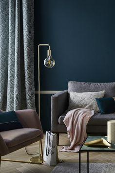 Un voyage dans le temps, un chic très chic mais jamais prétentieux, des couleurs qui ont du caractère, des lignes filaires, des motifs rétros… et surtout des petites touches de doré bien balancées : c'est le programme de la tendance Vintage glamour pour une déco raffinée et chaleureuse ! Style Deco, Decoration Inspiration, Lounge, Couch, Colours, Room, Glamour, Furniture, Vintage