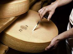 El original Gruyère proviene del cantón de Friburgo, en Suiza, donde se produce siguiendo la tradición quesera que, en el caso de esta variedad, un reciente