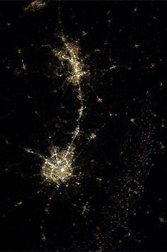 Space Station photo of Texas taken at night -- Austin and San Antonio are the big light-blobs. You can also see San Marcos & New Braunfels. Photo Credit: Astronaut Karen Nyberg see all the lights from fracking? east of SA? San Antonio, Cuando Sea Grande, Texas Texans, Only In Texas, Loving Texas, Texas Pride, Lone Star State, International Space Station, Texas History