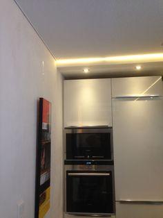 Keuken met verlaagd plafond met led verlichting