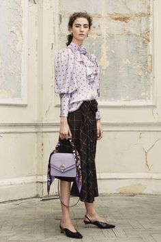 The complete Mulberry Fall 2018 Ready-to-Wear fashion show now on Vogue Runway.