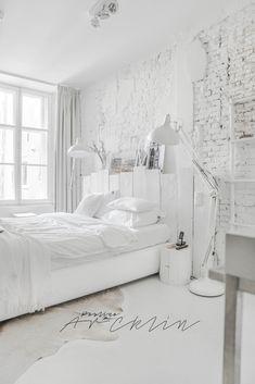 Porque no es lo mismo el interiorismo que la decoración, no es lo mismo la decoración que el estilismo y eso Paulina Arcklin lo sabe muy bien. Ella, como estilista y fotógrafa consigue unas de las imágenes más bonitas en los ambientes más sencillos. Para muestra este dormitorio en el que quién iba a decir …