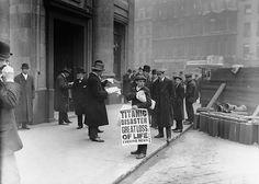 Ragazzo dei giornali porta cartello con titolo sulla tragedia del Titanic, 16 Aprile 1912