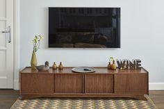 се системы хранения, открытый шкаф-стеллаж в кабинете, тумба под телевизор в стилистике «ретро», витрина в столовую, сделаны по авторским эскизам в столярной мастерской Enjoy Home.