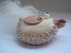 Witzig UND elejant!    Ein bisschen Schischi, hunderte aufgestickte Perlen und Humor > voila: die Vogelbrosche!    Der untere Rand ist sehr reich best