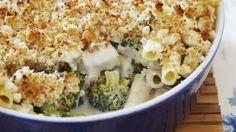 Parmesan und Semmelbrösel bilden eine leckere Kruste: Nudel-Hähnchen-Gratin mit Broccoli | http://eatsmarter.de/rezepte/nudel-haehnchen-gratin-mit-broccoli