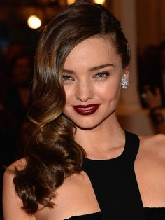 How to do Miranda Kerr's Met Gala hair (glam waves with a punk-rock twist!)1. While your hair is wet, create a deep side part. 2. Comb a gel (such as Davines For Wizards No. 8 Quick Setting Hard Gel) throughout the hair to create a solid hold.