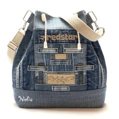 Thiis web has a lot version of recycle bags. Mochila Jeans, Blue Jean Purses, Bags Travel, Denim Handbags, Diy Bags Purses, Denim Purse, Boho Bags, Tote Backpack, Recycled Denim