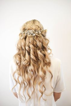 Stunning curly hair style perfect for prom