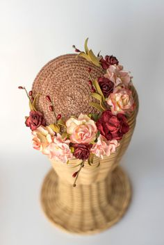 I would absolutely love to have this hat. So sweet and gorgeous without being overly loud. I think as far as mini hats go this one would be pulled off quite well in our modern age. Mini chapeau de paille fleurs de chapellerie par thePoppynet