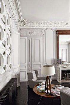 #bourgeois #moulures Un intérieur parisien qui mixe de façon moderne codes haussmannien et rééditions de pièces design