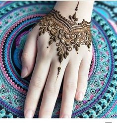 Check the latest mehndi designs 2020 simple and easy for hands, we have collected the most beautiful and decent henna design for hand, you never seen before Henna Hand Designs, Latest Mehndi Designs, Mehandi Designs, Mehndi Designs Finger, Henna Tattoo Designs Simple, Mehndi Designs For Kids, Modern Mehndi Designs, Mehndi Designs For Beginners, Mehndi Design Photos