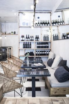 Take your indecisions and see better ideas of decorating your restaurant ! Interior design trends to decor your restaurant! Cool Restaurant Design, Decoration Restaurant, Deco Restaurant, Modern Restaurant, Cafe Bar, Cafe Shop, Commercial Design, Commercial Interiors, Café Design