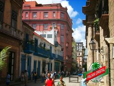 CERVEZA PALMA CRISTAL TE DICE ¿Qué es la calle obispo? Es una singular vía en La Habana, muy visitada en Cuba, ubicada a 500 metros de casa Maura, es la más larga y estrecha calle peatonal de Cuba, donde se encuentra la mayor concentración de bares, cafeterías, restaurantes, casas de cambio, museos, Oficinas para turistas, hoteles, tiendas especializadas, escuelas,  parques y la plaza de Armas. Su nombre se debe a que ahí vivió el obispo Pedro Agustín Morel de Santa Cruz…