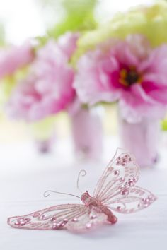 Pink butterfly and flowers. Pink and Green. Photo Credit : A. Mordant - Click to read full instructions on how to do here: http://www.wedotahiti.com/how-to-decorate-a-winter-themed-table #tahitiweddingplanner #tahitiweddingpackage