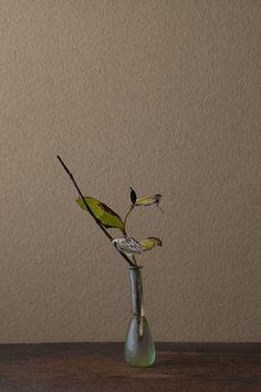 2012年1月23日(月)      冷えやせた美。線の硬さが魅力です。  花=黄蜀葵(トロロアオイ)、敦盛草(アツモリソウ)  器=ローマングラス瓶(ローマ時代)