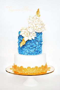 Blue, white and gold  cake for a glamorous wedding