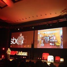 O professor Paulo Torcato a explicar como a vontade de alguns mudou a vida de alunos dados como perdidos. O projecto Robot Ajuda trouxe ao de cima cabeças brilhantes. #TEDxLisboa #ElefantenaSala