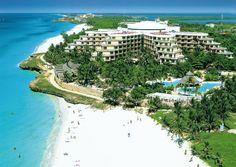 Ingeklemd tussen twee prachtige stranden biedt dit zeer verzorgde 5-sterren hotel Melia Varadero alle luxe en comfort die u tijdens uw vakantie maar kunt wensen. Het hotel heeft een prachtige ligging direct aan zee, behoort tot een van de beste hotels van Varadero en is erg populair bij stellen en honeymooners.     Laat u verwennen door de Ultra All Inclusive Formule, neem een duik in een van de twee zwembaden of geniet van de tropische binnentuin.