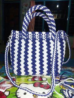 Tas tali kue Handmade Handbags, Handmade Bags, Macrame Purse, Crochet Backpack, Flower Video, Newspaper Crafts, Brokat, Bude, Thread Work