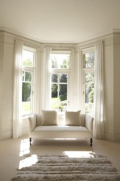Bay Window Ideas - Search images of living area bay window. Find ideas and also motivation for living space bay window to contribute to your own house. Bay Window Bedroom, Bay Window Decor, Bay Window Living Room, Bay Window Curtain Rod, Bedroom Windows, Rideaux Du Bow Window, Bay Window Dressing, Bay Window Treatments, Window Coverings