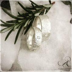 Vackra FROST gör sig perfekt denna årstid 🌟 Handgjorda rustika silverringar med och utan Diamant. Design och arbete: Kenneth Lindström, Alv Design. Välkomna att se mer i vår webbutik www.alvdesign.se