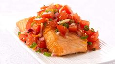Saumon rôti, garniture au gingembre, à l'orange et à la tomate