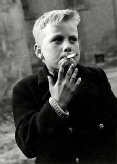 Jan van Eyk | Sigaret rokende straatjongen in de Oude Waalbuurt van Nijmegen, 1956.