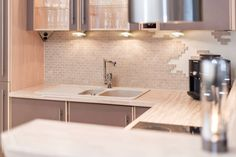 Kjøkkenet har godt med skap- og benkeplass