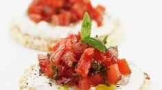 Tomatensalat auf Reiscrackern - smarter - Zeit: 20 Min. | eatsmarter.de - geht auch super mit Frischkäse aus Ziegenmilch :P
