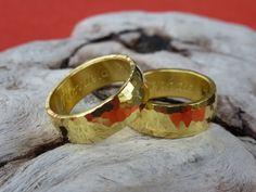 Exklusive Eheringe aus Naturgold - von Hand geschmiedet.