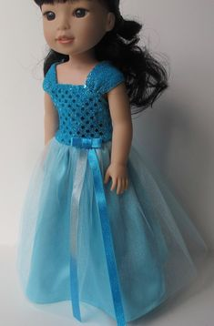 Emerson a été invité à un mariage fantaisie et alors elle a décidé cette robe serait parfaite. Il a un top pailleté avec larges bretelles et une très belle jupe longue en satin et tulle. Cette liste est pour la robe seulement. Il ne comprend pas la poupée ou ses chaussures. Cela a été fait à l'aide d'un modèle de ReadCreations et le patron est disponible ici : http://www.pixiefaire.com/products/reversible-fancy-dress-for-welliewishers-dolls#shopify-product-reviews J'ai été ravie d'être l'un…