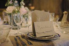 Vi hade runda bord som var dukade med spetstyg från IKEA, servettern tillverkades av linnetyg med råa kanter,  gamla glasburkar fick agera blomvaser och porslinet var från Table Stories. På bordsplaceringskortet hade vi fäst ett armband med våra initialer som alla gäster tog på sig och på vissa sitter det faktiskt fortfarande kvar. I papperspåsen låg förrätten, nämligen färska räkor som serverades med klassiska tillbehör.