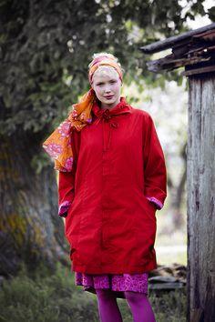 Frühlingsmode 2013 - Der Kurzmantel aus Öko-Baumwolle im A-Schnitt hat großzügige Taschen und eine aufwändige Ton-in-Ton Stickerei an den Ärmelabschlüssen und der Schulterpasse.
